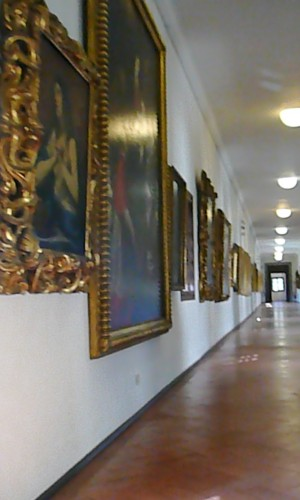 The Medici collection along the first hall of the Vasari Coridor