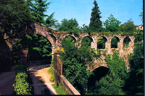 Aqueduct crosses the moat into Barga's historic center