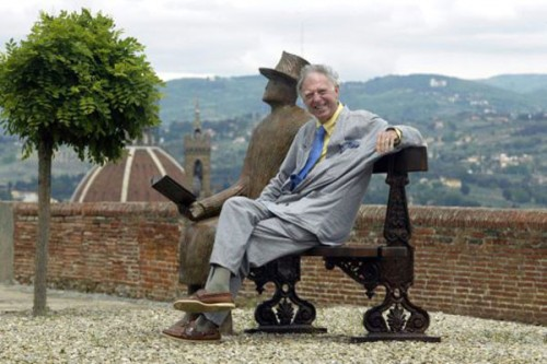 Folon hangs out with his reading man at Forte Belvedere (2005)
