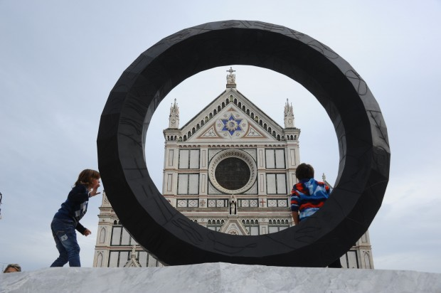 Kids are loving the artistry of climbing on Paladino's Cross (photo La Repubblica)