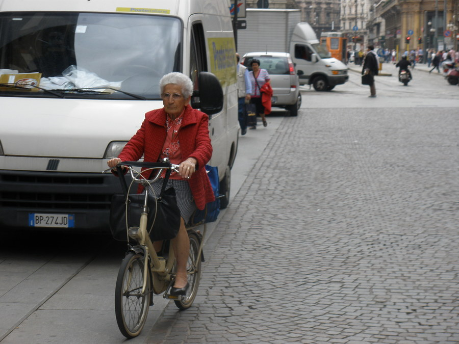 Cycling on a Milan street (photo by Radu Filip)