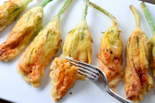 Delicious fried zucchini flowers (photo lifesambrosia.com)